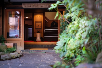 This retro-modern ryokan with onsen flowing directly from the source is located next to the river, and has a long history of 60 years. It was reopened after renovation in 2016. Excellent access to restaurants and tourist spots, as it is located in the center of hot spring district. Day-use onsen is available as well.