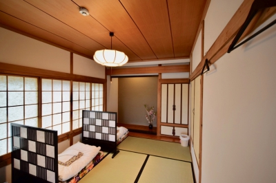 This place was created as the first dormitory guesthouse of Saga in April 9th, 2017. This is a warm hand-made guesthouse where you can enjoy DIY works such as wall painting with your friends. We also have a bar where you can enjoy Saga's sake at night.