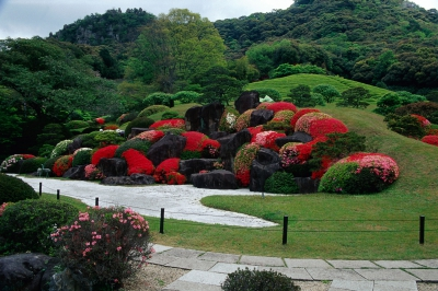 The gorgeous garden being decorated by colorful azaleas will soothe the hearts of visitors as stone structure, large and small waterfalls, flowers and tea plantations that color the season will create beauty in the approximately 9900 square meter site.