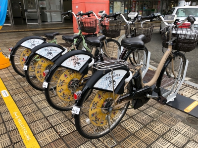 You can travel easily by electric bicycle.It's a share cycle linked to the app, and you can make reservations and make payments with the app.It's a shared cycle, so you only have to pay the usage fee from station to station.For example, you can use it from Saga Station to Saga Balloon Museum within 15 minutes for a fee of 70 yen.If it's within 12 hours, the maximum fare will be 1000 yen.The app can be downloaded and displayed in English and Chinese.