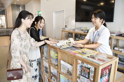 The always available tourist concierge will provide tourism information and travel assistance regarding Saga Prefecture. Find the perfect souvenir or gift from carefully selected prefectural products. Feel free to come by and use the free Wi-Fi, cellphone charging stations or drop-off luggage.