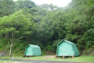 A camp site with great nature of Mt, Kurokami you can fully enjoy. There is playground equipment so whole family can have fun. The view from the nearby observatory is magnificent. Meotoiwa Rocks are only a 10 minute walk.
