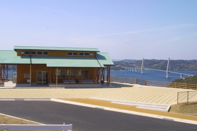 It is a local direct market with a wonderful view of the white bridge over the blue sea and green Takashima.