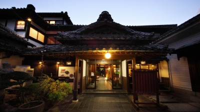 This luxurious Japanese Inn is a government-registered tourist hotel (number 1880). It is also designated as Tangible Cultural Property of Japan since 2014. You may enjoy the natural hot springs in their open-air bath, Hinoki cypress bath or ceramic bath.