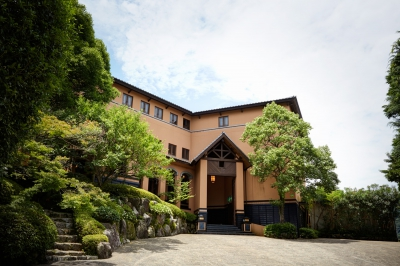 "Hamilton Ureshino is housed in a western style building located on a hill in the hot spring town Ureshino. This hotel has an unassuming Japanese taste and the warmth of wood, which create the atmosphere of the old cultural movement in the inter-war period called ""Taisho Roman."" 