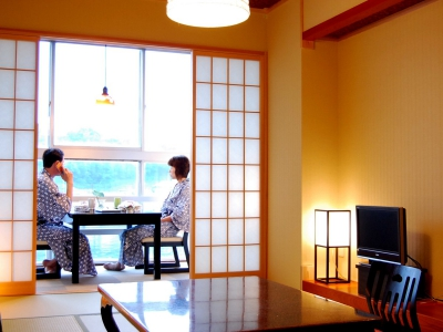 This Japanese style inn is located on the coastal area overlooking Yobuko Port. The view from the guest room will make you feel like you are on a floating island. The meals featuring fresh seafood, especially live squid and Saga Beef are highly popular among our customers