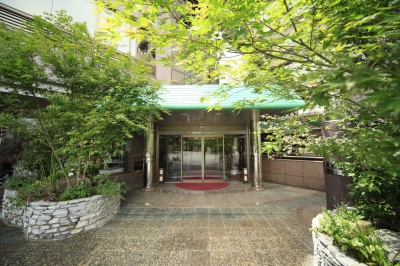 This hotel re-opened after renovation in 2010. The outdoor hot spring on the 9th floor is one of the tallest spots in the Ureshino Area and the view from it is amazing. The traditional Japanese Kaiseki dishes offered by the chief chef and the meticulous services of this hotel have gained high reputations.