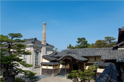 This is an old mansion of Koreyoshi Takatori, who was known as the owner of Kishima coal mine and other business enterprises. There are two large buildings on the site of about 300 square meters. Those buildings have various unique features such as a noh stage in the hall, fanlight with plant and animal carvings, paintings on the sliding doors and etc.