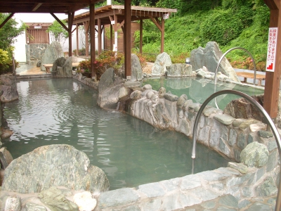 Here, you can enjoy 10 types of bath and sauna including high temperature hot spring in Kakenagashi style (the natural hot spring water is constantly flowing into the bath with no other water added and without circulation),  and outdoor bath surrounded by the rich nature. There is also a banquet room and a restaurant, which makes this place perfect for families and groups of friends to spend some fun time.
