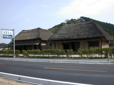 "The name of ""kudo style"" derives from the u-shaped roofs, which were considered to look like the smoke outlet of a furnace called ""kudo."" This type of traditional houses are scattered widely in the southern part of Saga Prefecture. Some of those in the Itaya Area were built especially in the early age and one of them is designated as a national cultural property. At ""Bansen No Sato,"" a farmer shop located in the area, you can buy local agricultural products of Taku."