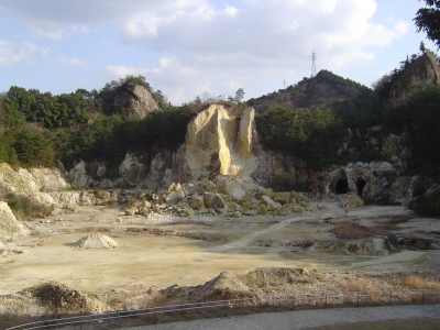 There once was a porcelain stone mine here in Izumiyama. It was first discovered in 1616, the early Edo Period, by a Korean potter named Yi Sam Pyeong, which led to the production of Japan's first porcelain.