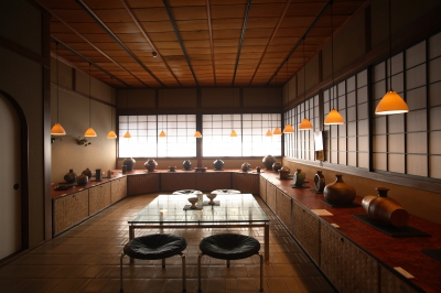 This Japanese style inn is housed in an old wooden building which retains the atmosphere of the Meiji Period. You can enjoy the sound of sea breeze at the Japanese garden planted with many young pine woods. Kaiseki style cuisines made with seafood from the Genkai Sea and Kuroge Wagyu beef shabu shabu are popular here. A gallery exhibiting the works of Ryutagama Kiln and mono hanako adjoins the inn.