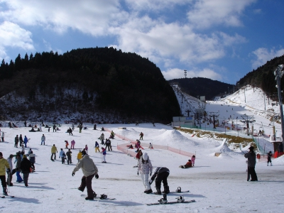 At Tenzan Ski Resort,  the snow is made with an artificial snow maker and you can enjoy all kinds of snow sports from sleighing to skiing and snowboarding. You can just casually visit and rent necessary equipment. 