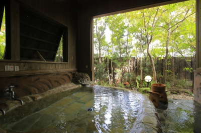 Located at the Kumanokawa Hot Springs, hot spring area that  is the nearest to downtown Saga. Since the temperature of the natural radium hot spring water is not so high, guests can take a  long bath and get themselves warm from the core. The tofu dishes, for which your body will thank you, are much recommended.