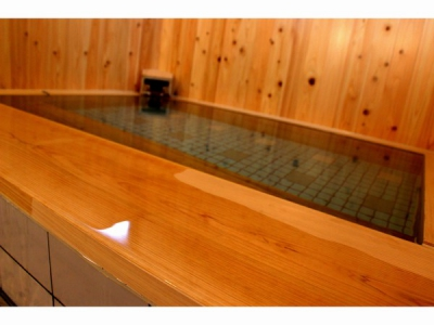 This is an inn of Gensen Kakenagashi (hot spring water directly from the source flowing through the tub without circulation) and art. This accommodation meets the various needs of business travelers, couples and families. There are 12 single rooms, 16 twin rooms and 3 triple rooms and WiFi is available in all rooms.