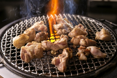 This chicken restaurant is famous for yakitori (grilled chicken and vegetable skewers) and chicken rice as their best menus. Locally grown vegetables and other ingredients are mainly used so you can enjoy the taste of the local. You can relief the fatigue of travel and restore your energy in the private room.