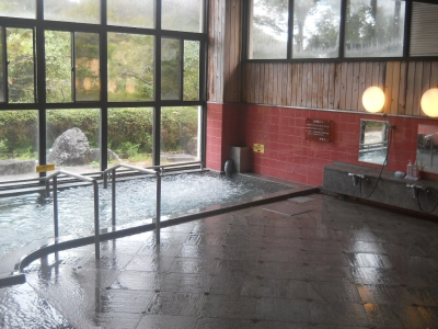 This inn welcomes you with dishes made with local ingredients and the weak alkali hot spring which has a good skin-beautifying effect. Forget the everyday businesses and enjoy some relaxing time here at Takeo Onsen Heights surrounded by the rich-green woods and the star-studded sky.
