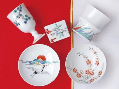 You can feel the essence of each season with hand-painted dishware and the exquisite location where you can overlook Mt. Kurokami. We serve lunch in our original dishware upon reservation. (Reservation required: only on the 10th of odd-numbered months)