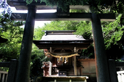 This shrine is the grand tutelary shrine of Imari Area. At the site,  there is a camphor tree, which is said to bring good luck in love and marriage as well as Nakashima Shrine, a sub-shrine dedicated to the god of sweets.