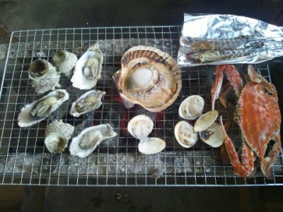 This seafood restaurant is run by a fisherman who catches Takezaki crabs and farm Takezaki oysters himself. It is open all year round and you can enjoy Iwagaki oysters, crab sashimi, peeled crab tempura and Agemaki clams in summer and Takezaki oysters, Takezaki crabs, scallops, Hiougi clams, crab rice and oyster rice in winter. In addition to them, various kinds of seafood are available to be grilled wildly in the charcoal fire.