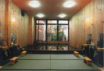 The greatest features of this inn are the bath and dishes. There are two large bath rooms and one private family bath room all of which very uniquely feature tatami mat floor. You let some hot water flow on the tatami floor, sit on top of it and wash your body. It has gained quite a good reputation for its effect in relaxing your body and soul. Dishes offered here, another great feature of the inn, are made with a lot of local ingredients.