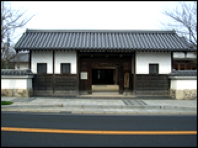 The facility is named after the gate's name from the era of feudal domain of Karatsu and can be used for cultural, social and/or educational activity of citizens such as Tea ceremony, Flower arranging and Noh play.