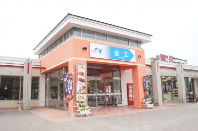 This service area adjoins Kinryu Highway Oasis. They sell not only Saga local cuisine but also other cuisine of neighbor prefectures such as Nagasaki or Fukuoka. There are restaurants and bakeries and Kinryu special melon bread is very popular.