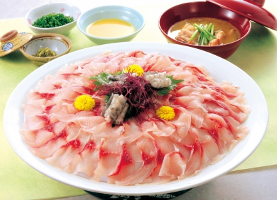 Ogi is known as a little Kyoto in Kyusu and this is the only hot spring inn in the City. Here you can enjoy the scenic view of each season;cherry blossoms in spring, dragonflies in summer and colored leaves in autumn. Also, carp sashimi, the specialy cuisine of Ogi, is excellent.